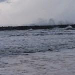 冬の日本海は荒れます。サーフィンする人には水は冷たいがいい波なのかも