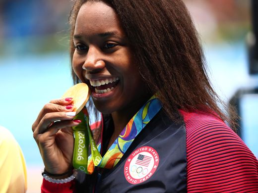 simone-manuel-wins-gold