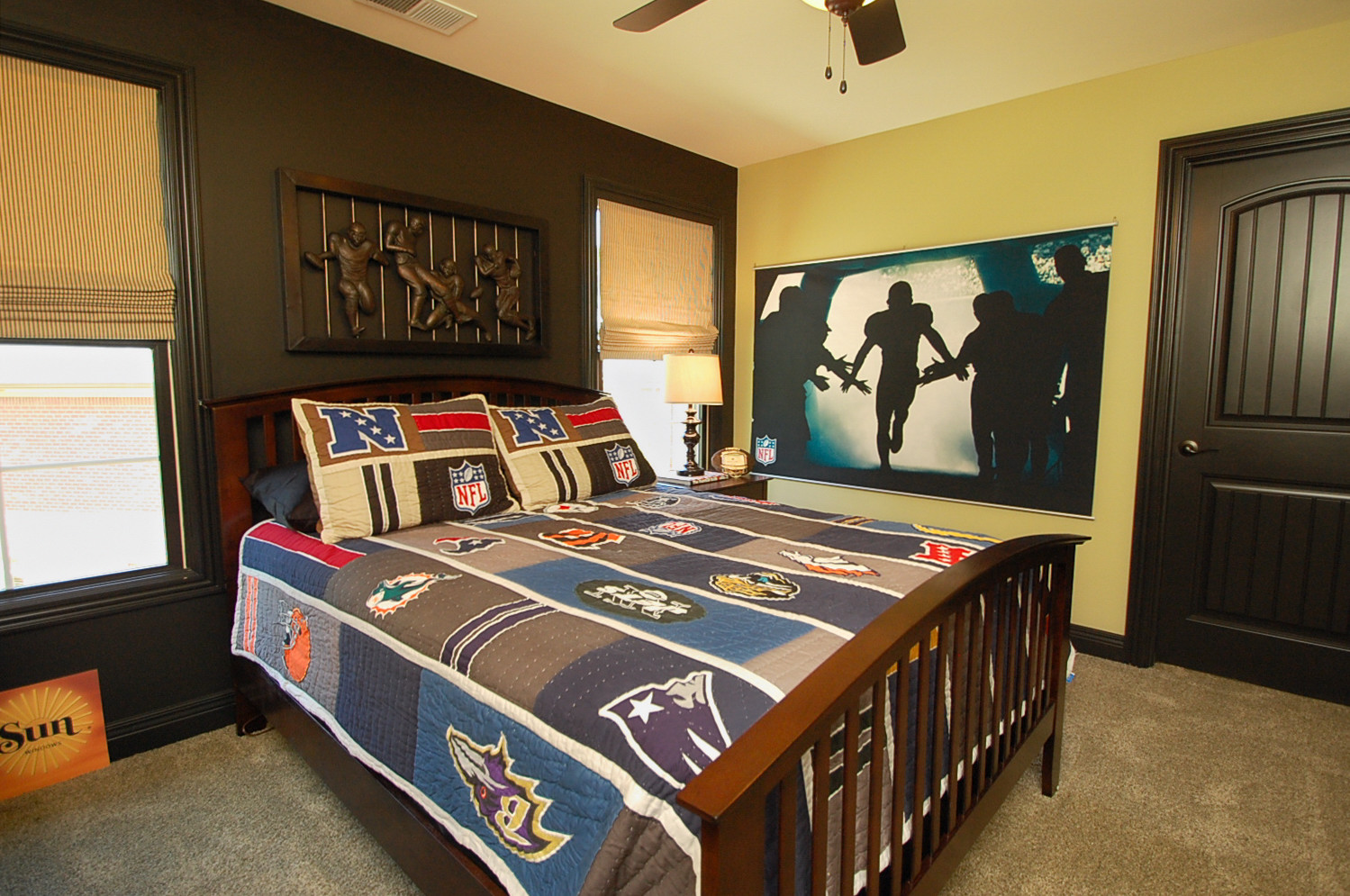 Attirant NFL Bedroom