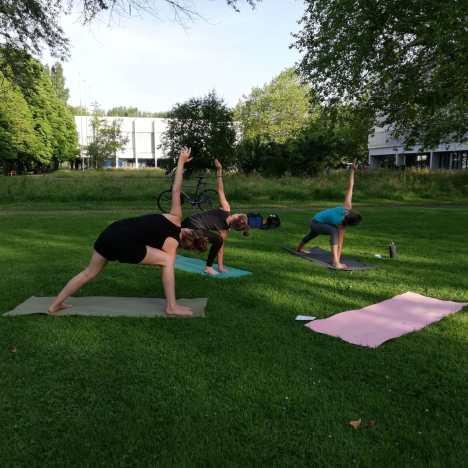 """Ins Wasser gefallen – """"Yoga & Brunch"""" findet drinnen statt⛈️"""