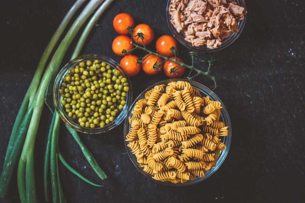 Slow Carb Rezept - Kichererbsennudeln Salat mit Thunfisch - gesunder Nudelsalat - Zutaten.