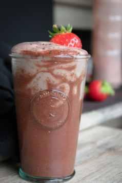 Erdbeer_Schoko_Proteinshake_Milchshake_Rezept1-3