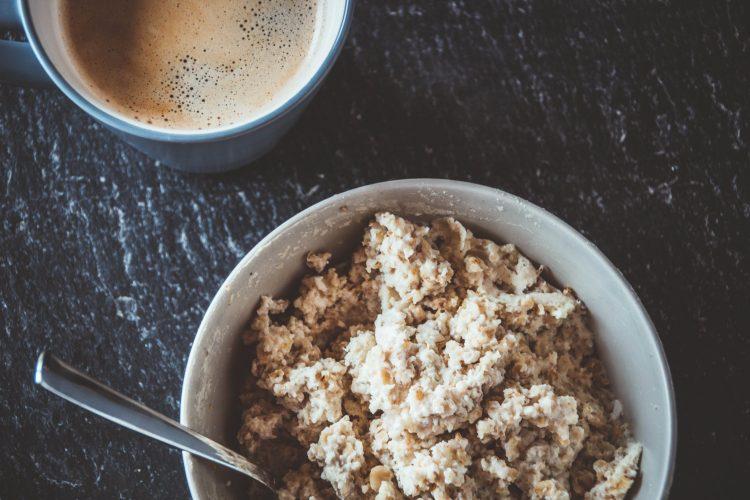 Proteinporridge mit Schmelzflocken und Casein Proteinpulver. Ein leckeres Frühstück zum Abnehmen.
