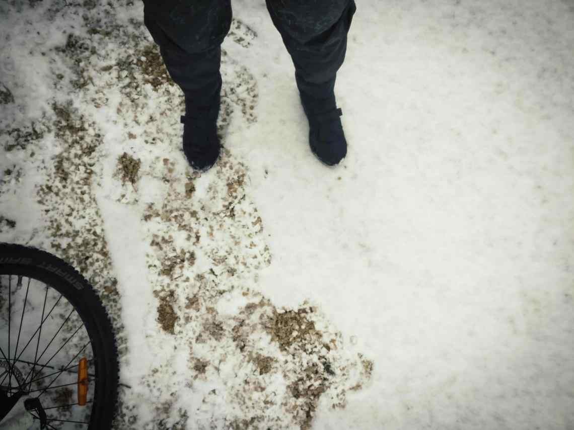 Was hilft gegen kalte Füße beim Radfahren im Winter? Neopreminnenschuhe und winddichte Überzieher für die Fahrradschuhe.