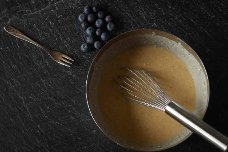 Protein-Kaiserschmarrn Teig aus Haferflocken, Eiern und Proteinpulver