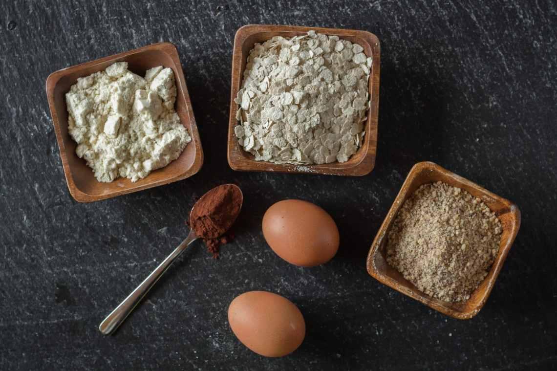 Zutaten für Protein Kekse ohne Zucker. Rezept mit Haferflocken und Proteinpulver. Gesunde Cookies.