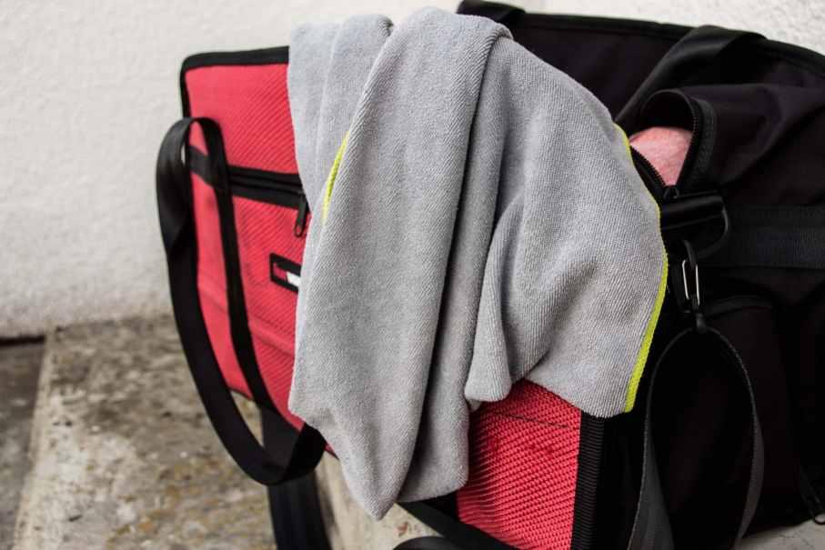 Handtuch in der Sporttasche fürs Fitnessstudio