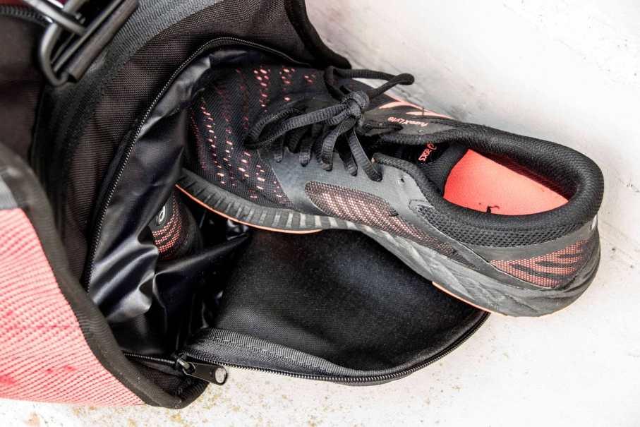 Sportschuhe in eigenem Fach in der Sporttasche