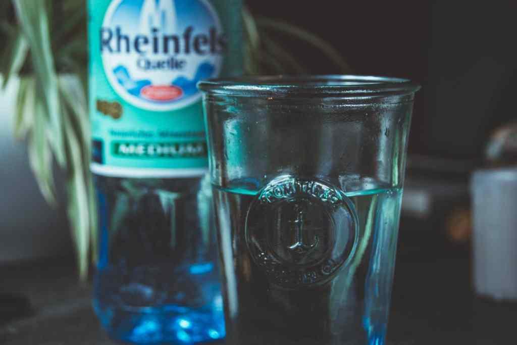 Glas kaltes Wasser zum Abnehmen