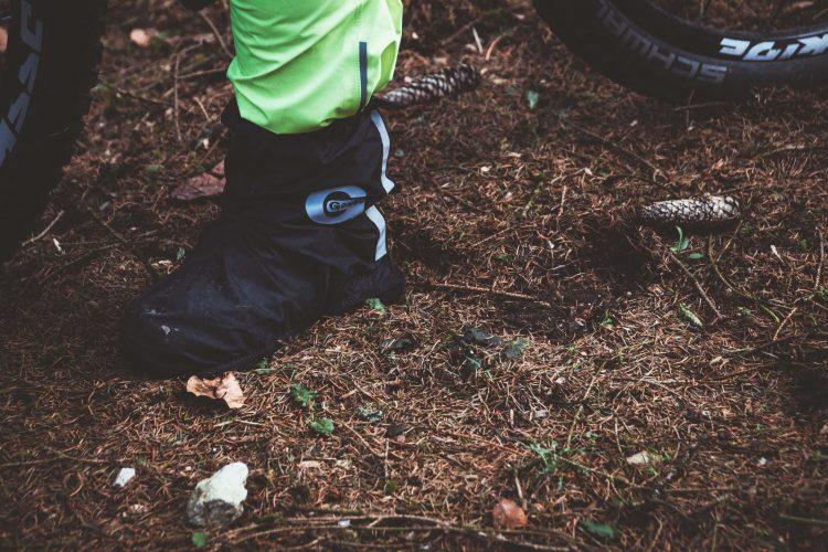 Wasserdichte Überschuhe sorgen dafür dass deine Füße beim Radfahren im Regen trocken bleiben.