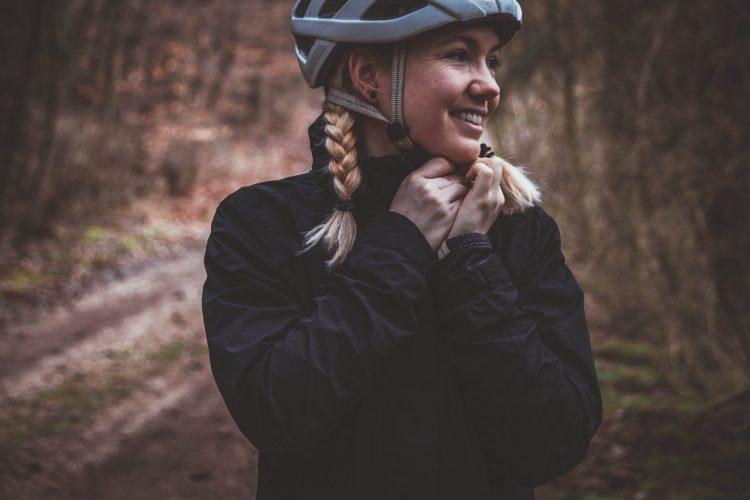 Perfekt ausgerüstet für die Radfahrt im Regen.