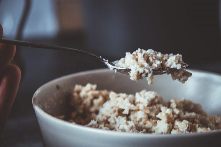 Proteinporridge aus der Mikrowelle. Fluffig und lecker - Basisrezept für ein proteinreiches, kalorienarmes Fitnessfrühstück.