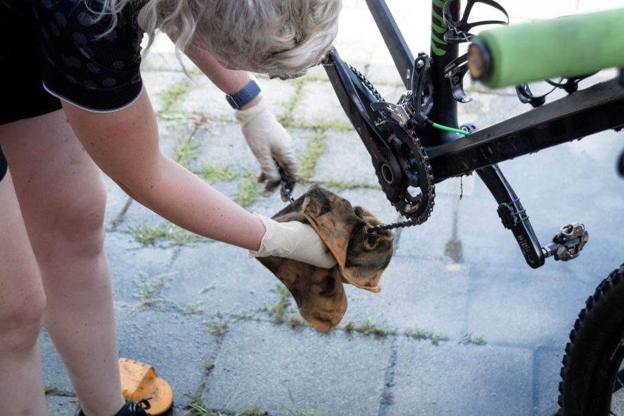 Fahrradkette reinigen und ölen. Fahrrad reinigen.