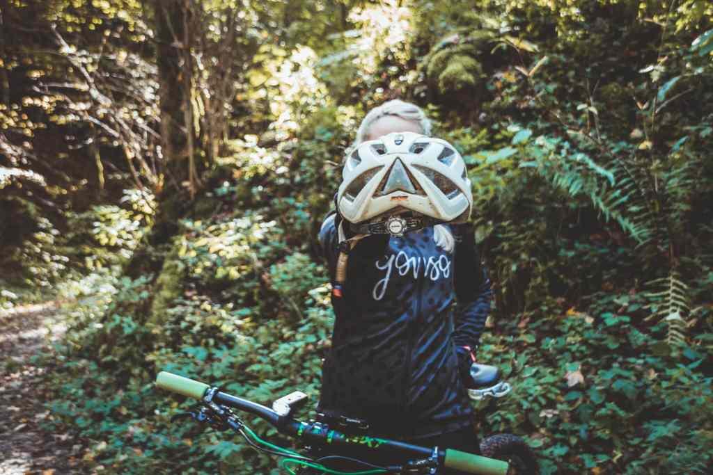 Radfahren im Herbst - Sicher mit der richtigen Ausrüstung. Helm mit Helmlicht.