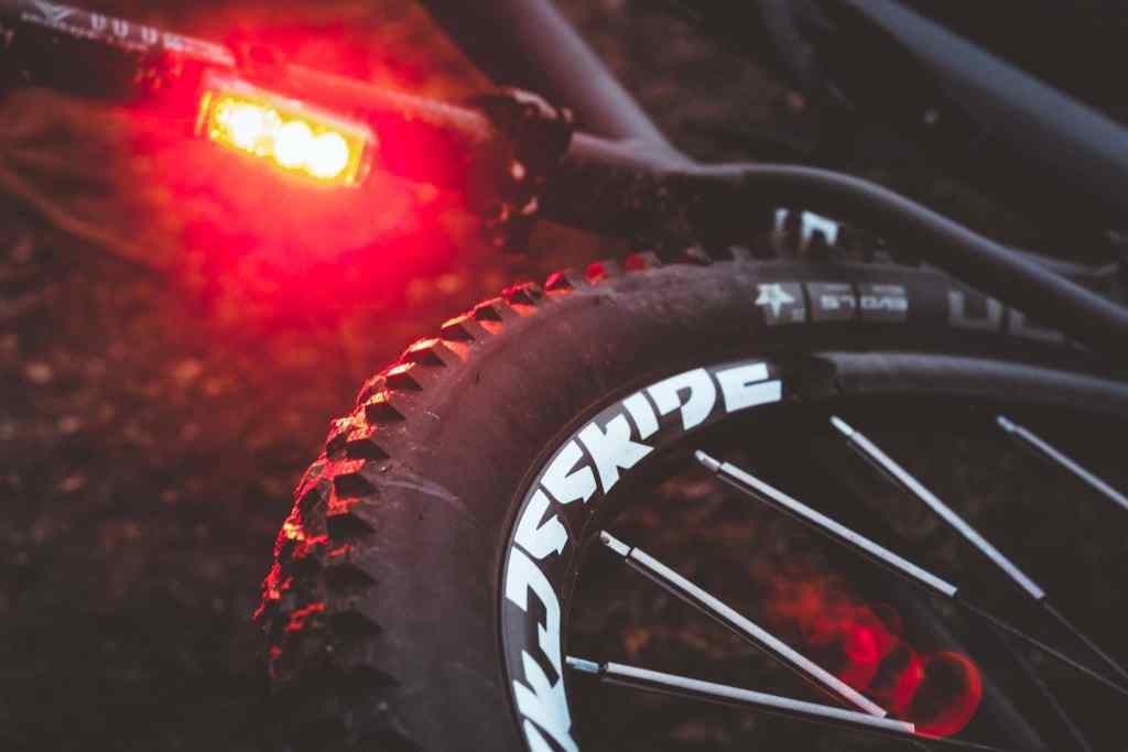 Fahrradrücklicht mit Bremsfunktion und Lichtsensor von Sigma und Schuhlichter Night Runner von Night Tech Gear Germany