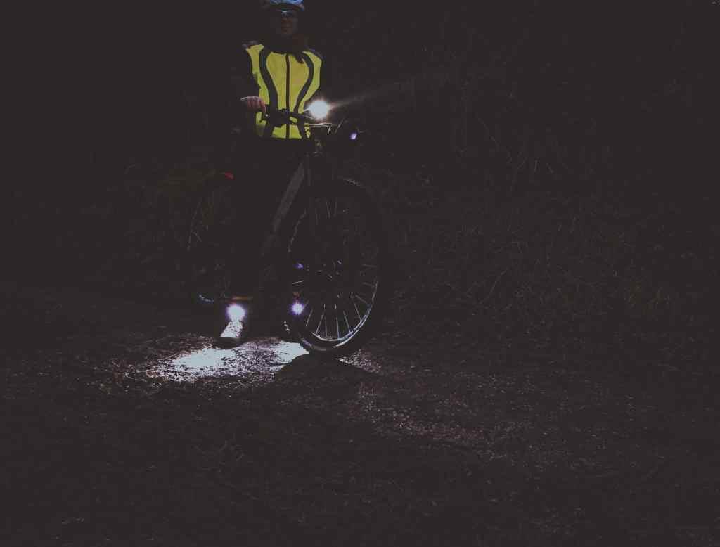 Radfahren im Dunkeln - die Richtige Beleuchtung fürs Fahrrad bei Nacht und Schuhlichter von Night Tech Gear Germany: Night Runner.