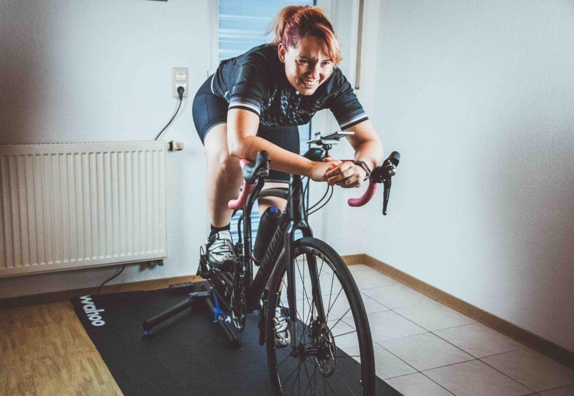 Rollentraining im Winter - Fahrradtraining mit der smarten Rolle. Ausrüstung und Erfahrungen zum Pain Cave.