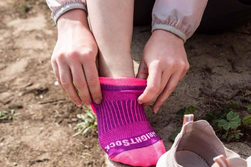 Doppellagige Socken von Wrightsock verhindern Blasen, sowie Reibung und Druckstellen am Fuß.