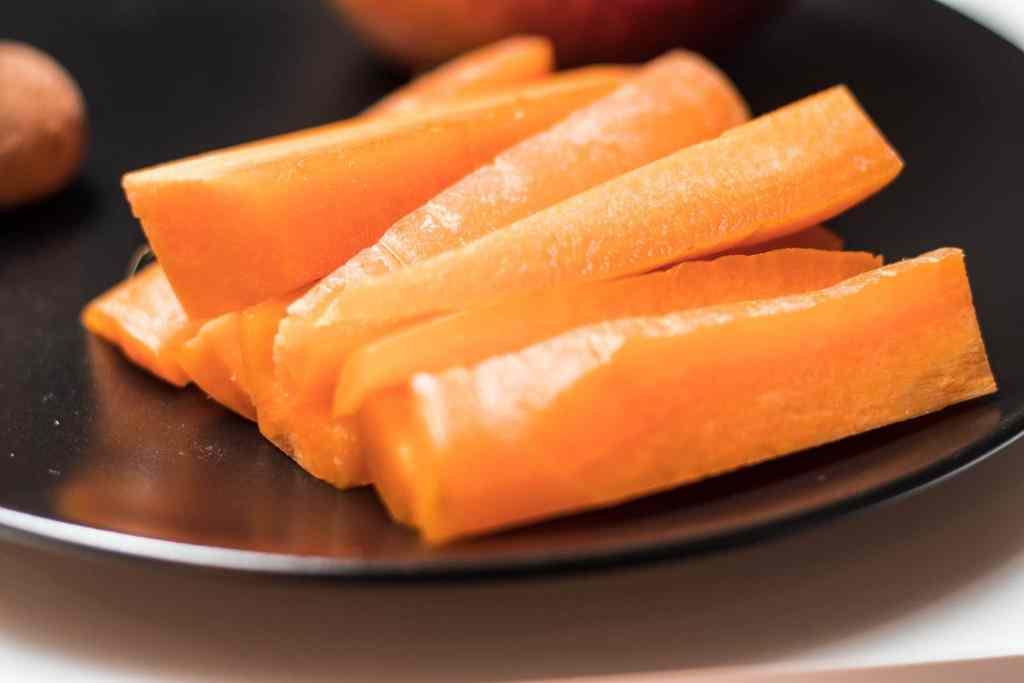 Gesunde Snacks für unterwegs und Zwischendurch: Gemüsesticks sind praktisch und natürlich.