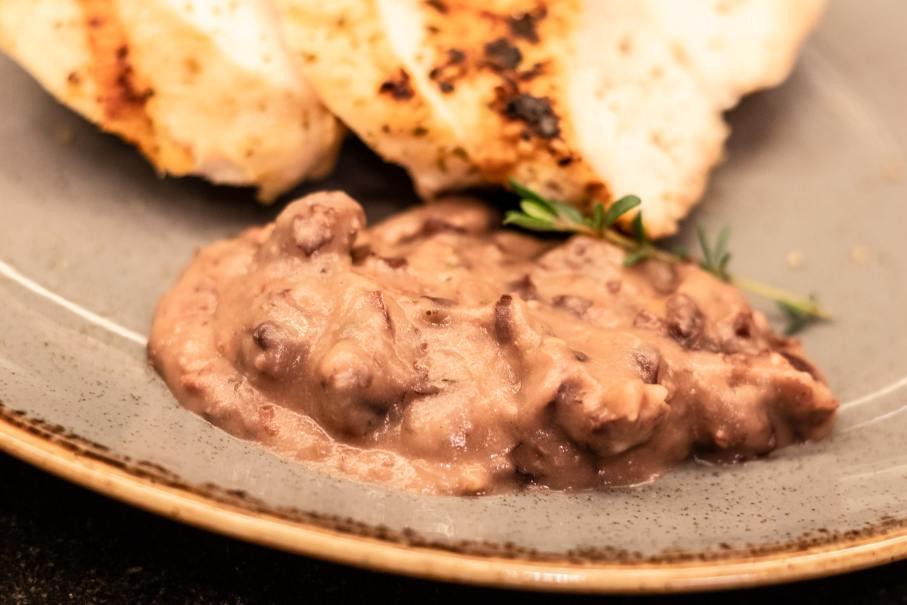 Selbstgemachte, gesundes Bohnenmus Rezept passt gut zu Putenfleisch.