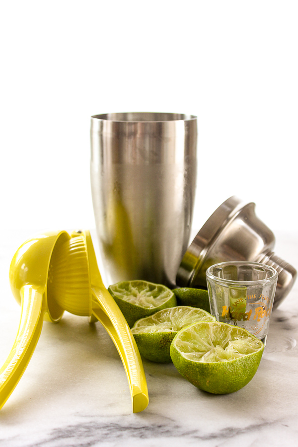 With just 3 ingredients, a perfectly tart, refreshing flavor and just a hint of sweetness, this is the perfect skinny margarita.   lisasdinnertimedish.com