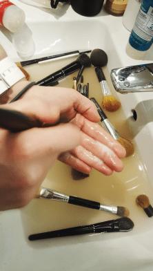 3. Start med å vaske hver enkelt kost i shampoo. Bruk en liten «perle» med shampoo i hånden din, og gni den forsiktig inn i sminkekosten ved hjelp av sirkelbevegelser. Gjør det samme med balsam når du har vasket og skylt alle sminkekostene i shampoo.