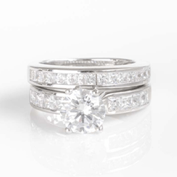 Desert-Diamonds---Brillant-cut-solitaire-and-princess-cut-band-set