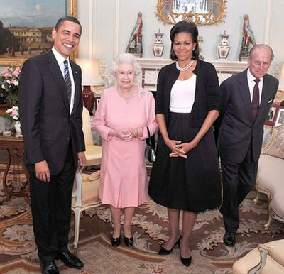 The Obamas Visit Buckingham Palace. Note that the Queen has that purse in her arm although she is at home!