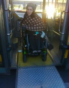 Foto de Raquel Rodrigues a descer do autocarro com o apoio da rampa de acesso.