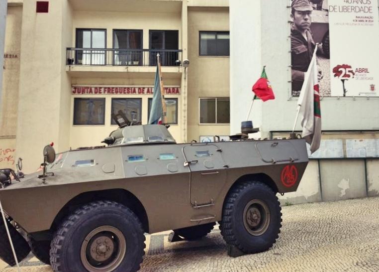Véhicule militaire exposé devant la mairie de Alcântara