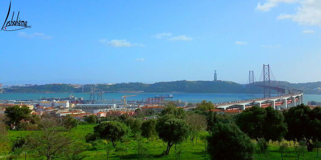 Panorama sur la Mer de Paille et le pont 25 avril depuis Alvito