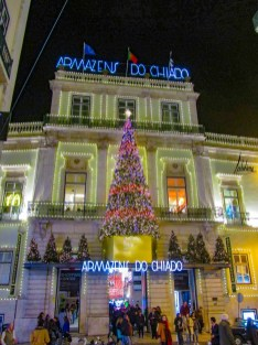 La façade illuminée des Armazéns du Chiado, lumières de Noël de Lisbonne 2018