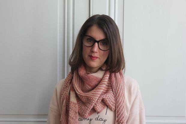 """J'avais déjà dans ma to do list tricot le """"3 color cashmere cowl"""" de Joji Locatelli lorsqu'elle a sorti la version shawl. J'ai eu un immense coup de coeur pour ce châle et, voyant que je n'étais pas la seule sur Instagram, j'ai décidé de lancer un KAL. Je crois que j'ai bien fait car il en aura fallu de la motivation pour en venir à bout !! Voir les tricopines avancer, leur choix de jolies couleurs et leurs châles finis m'ont vraiment permis de ne pas (trop) me démotiver et d'arriver au bout de ce patron. 3 color cashmere shawl - Made by Lise Tailor 3 color cashmere shawl - Made by Lise Tailor 3 color cashmere shawl - Made by Lise Tailor 3 color cashmere shawl - Made by Lise Tailor C'EST QUOI ? Il s'agit donc du 3 color cashmere shawl, modèle de Joji Locatelli. C'EST FAIT COMMENT ? Je l'ai tricoté en laine By Simone, dans sa base Merino superwash fingering. Coloris Argile, After the storm et Figuier. C'est Simone elle-même qui m'a conseillée sur les couleurs qui se mariaient le mieux et je suis absolument ravie de ce combo. La laine est vraiment très agréable à tricoter. Elle glisse bien entre les doigts et ne se dédoublent pas. Au niveau du rendu, c'est une laine très douce et très légère. Elle n'est pas excessivement chaude et sera donc parfaite pour un châle de printemps. Je suis absolument conquise !! C'EST MODIFIÉ ? Aucune modification sur ce patron. Je l'ai suivi à la lettre. C'EST BIEN ? Je suis enchantée par le produit fini que je porte avec beaucoup de plaisir et qui s'accorde facilement avec ma garde robe (rose forever !). En revanche, pour ne pas vous mentir, je n'ai vraiment pas aimé le tricoté et c'est grâce au KAL que je suis restée motivée à le finir. Ce châle est tricoté en jersey donc... beaucoup beaucoup de rangs envers. Il s'agit également d'un châle en demi-lune donc les rangs deviennent vite interminables. Peu de temps auparavant, on m'avait posé la question de savoir si je tricotais plus pour le process ou pour le produit fini. J'ai naturelleme"""