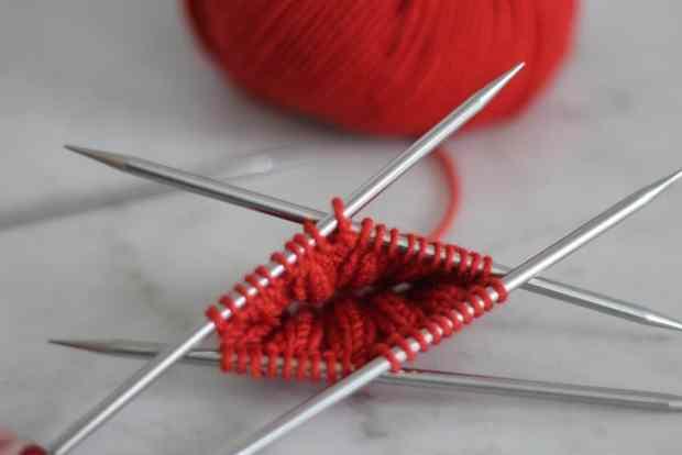 Apprendre à tricoter en rond - aiguilles double pointes - Blog tricot