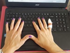 blind typen met een gebroken of gekneusde vinger