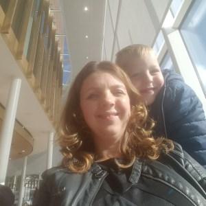bij het gemeentehuis paspoort halen Lisette Schrijft