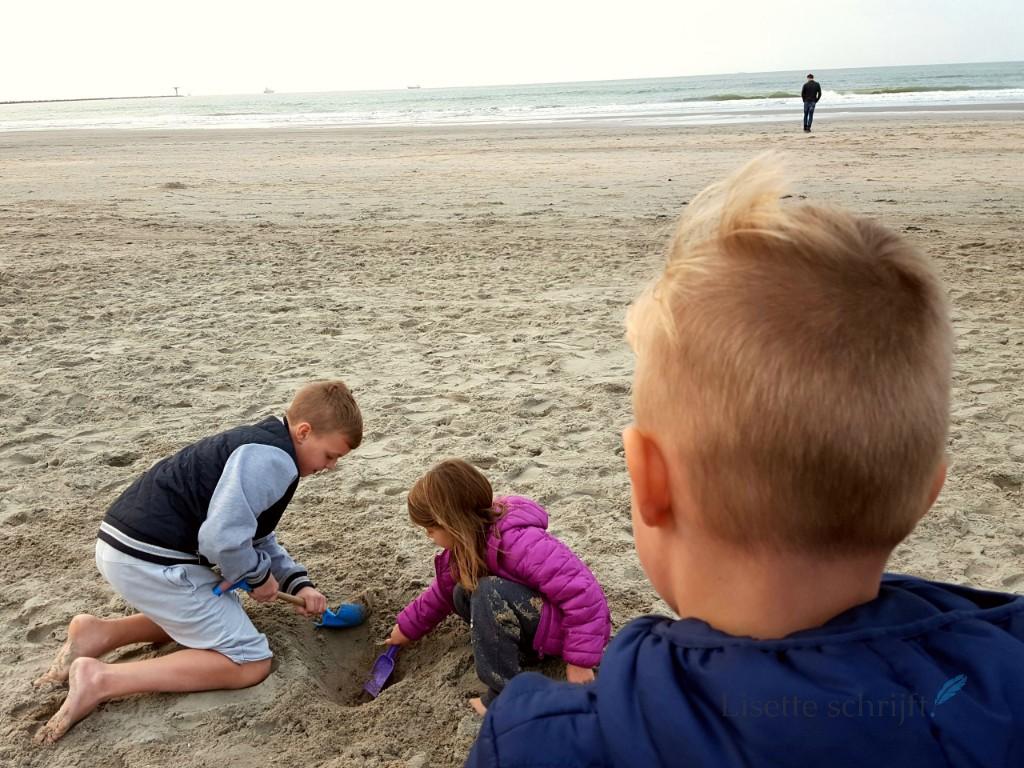 even uitwaaien op het strand in de herfstvakantie Lisette Schrijft
