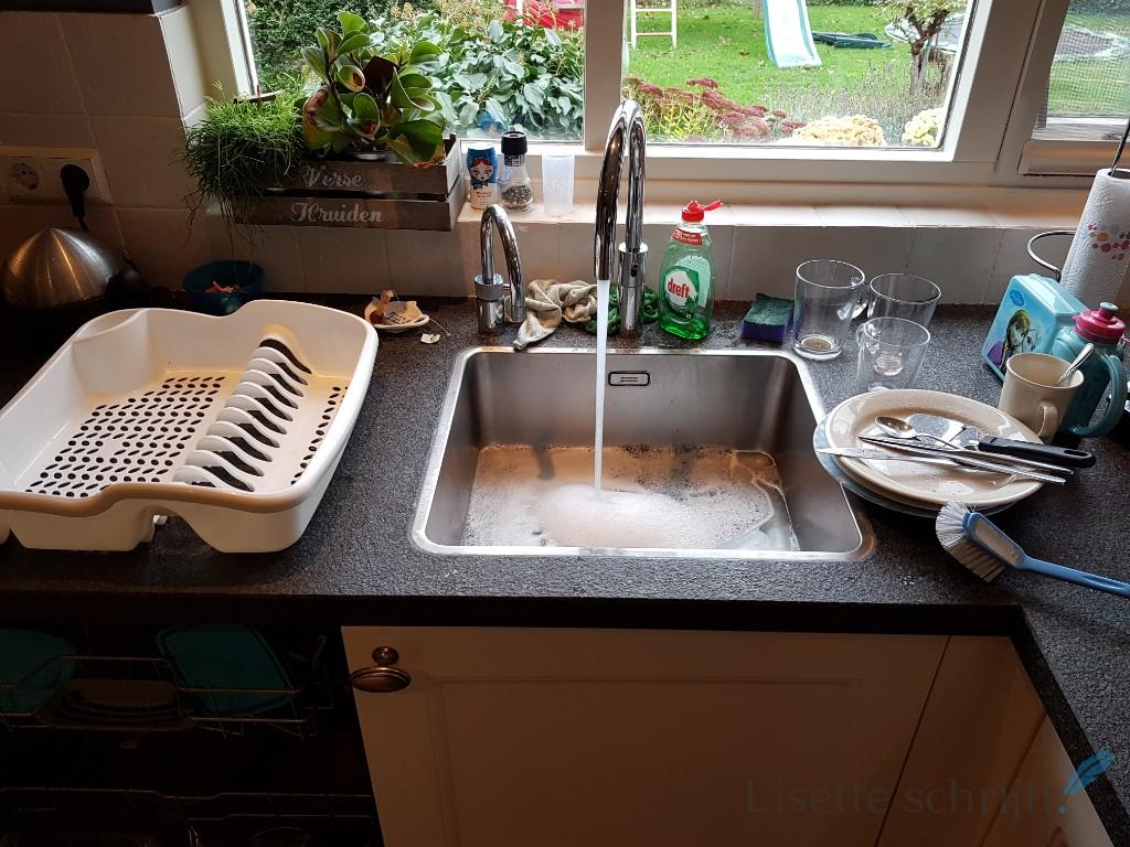 met de hand afwassen omdat de vaatwasser kapot is Lisette Schrijft