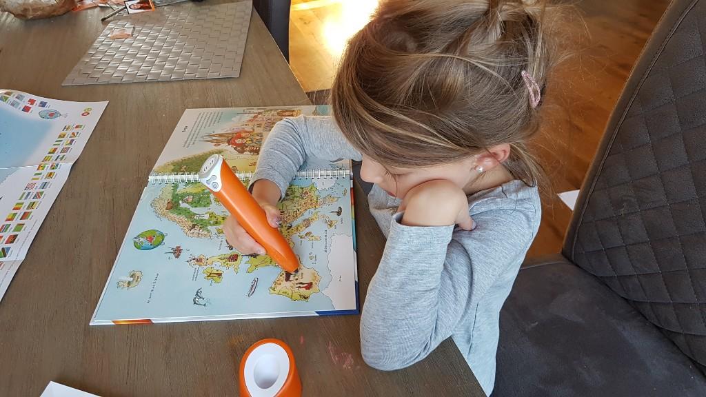 meisje van 5 speelt met tiptoi Lisette Schrijft