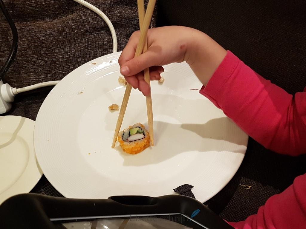 sushi met stokjes leren eten Lisette Schrijft