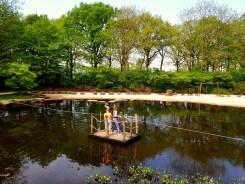 met een vlot over het meer in de kasteeltuinen in arcen Lisette Schrijft