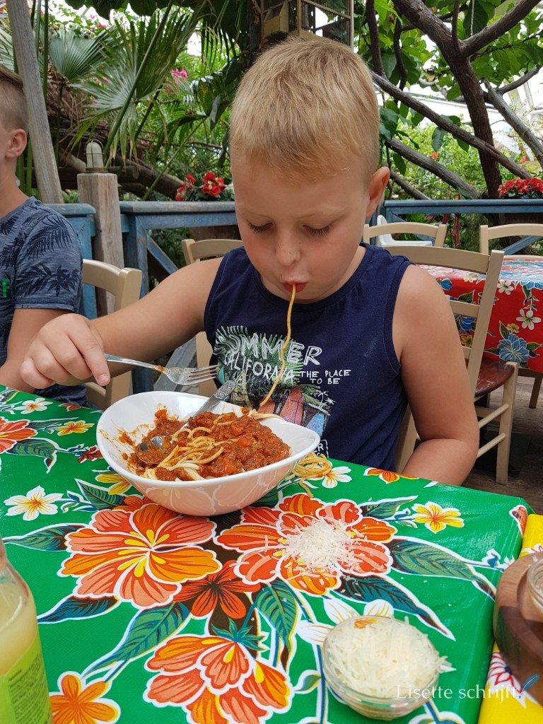 jongen eet spaghetti bolognese