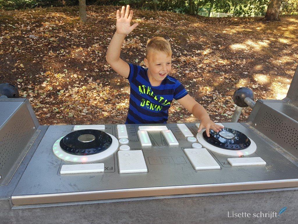 Jongen als DJ