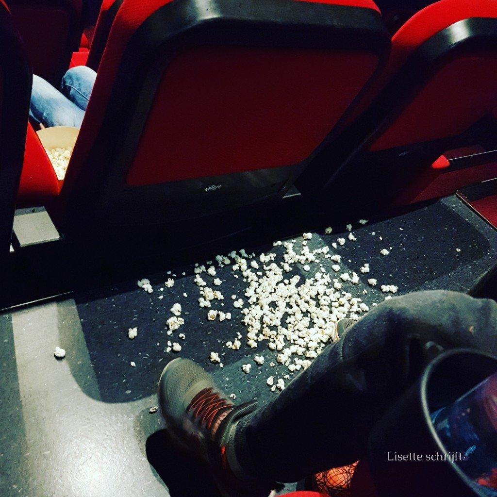 popcorn op de grond gevallen in de bioscoop Lisette Schrijft