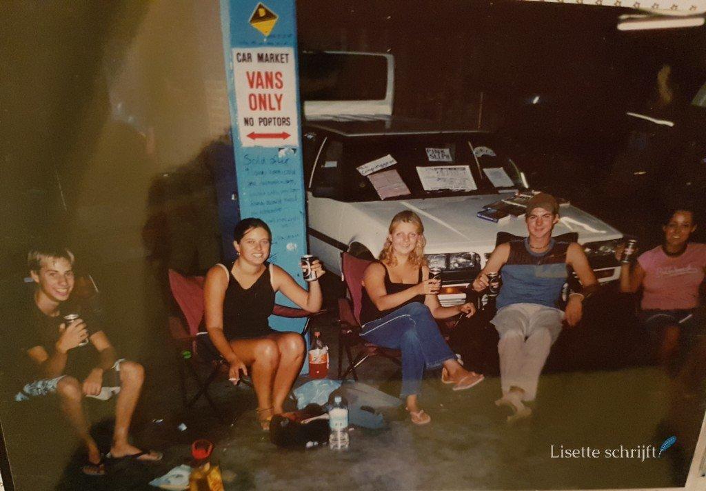 een groep jongeren in de car market in Australie met bier