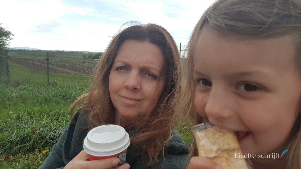 Moeder en dochter onderweg met koffie
