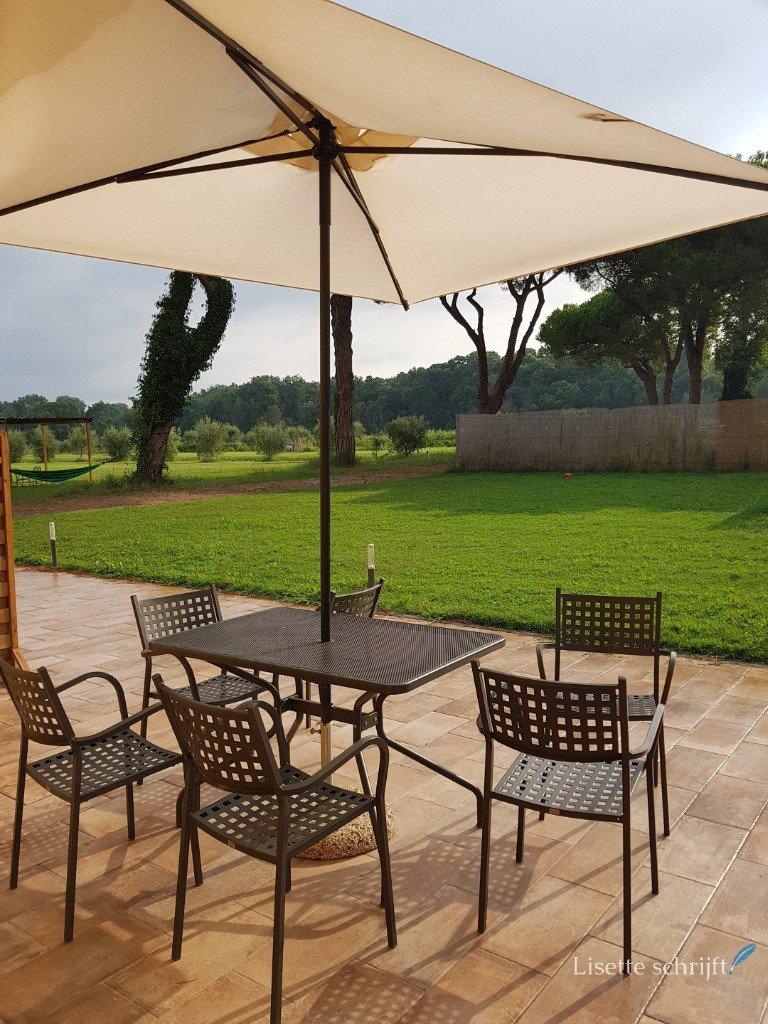 Het terras van ons appartement bij La fattoria di Tirrenia