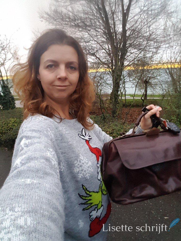 vrouw met dokterstas buiten
