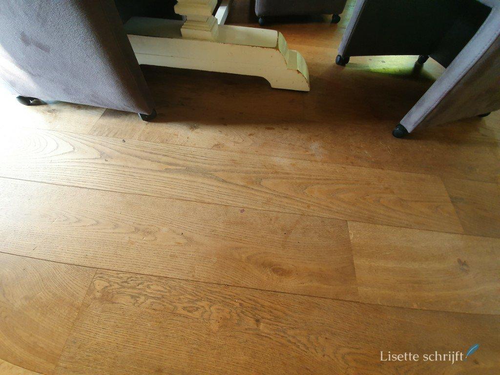 de houten vloer is toe aan een opknapbeurt