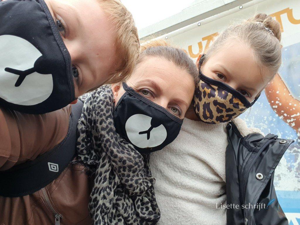 attractiepark pretpark met mondkapjes